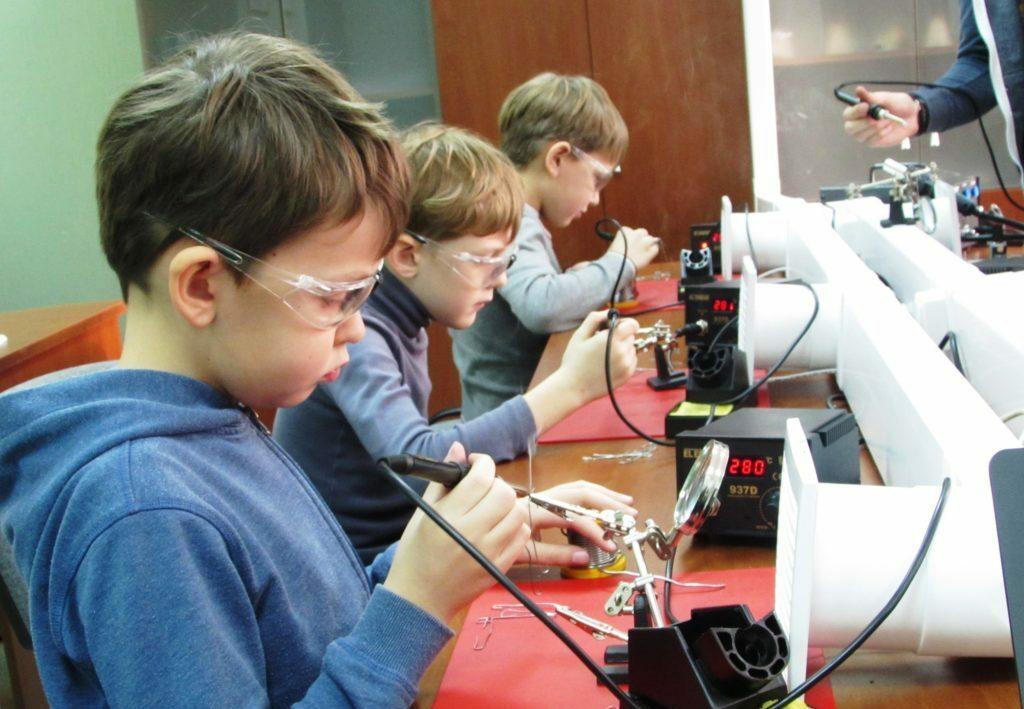 """Обучение пайке радиоэлементов в рамках курса """"Основы электроники"""" - Центр Разум Робототехника, электроника, программирование, английский для детей в Омске"""