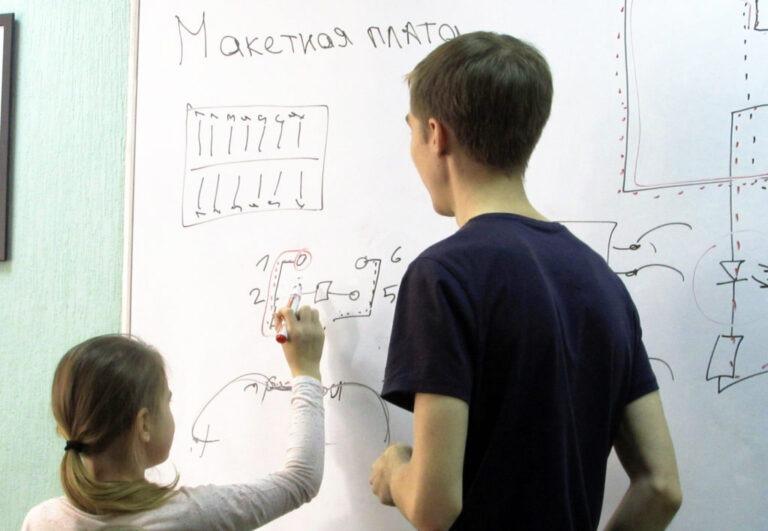 """Работа над своими проектами в рамках курса """"Основы электроники"""" - Центр Разум Робототехника, электроника, программирование, английский для детей в Омске"""