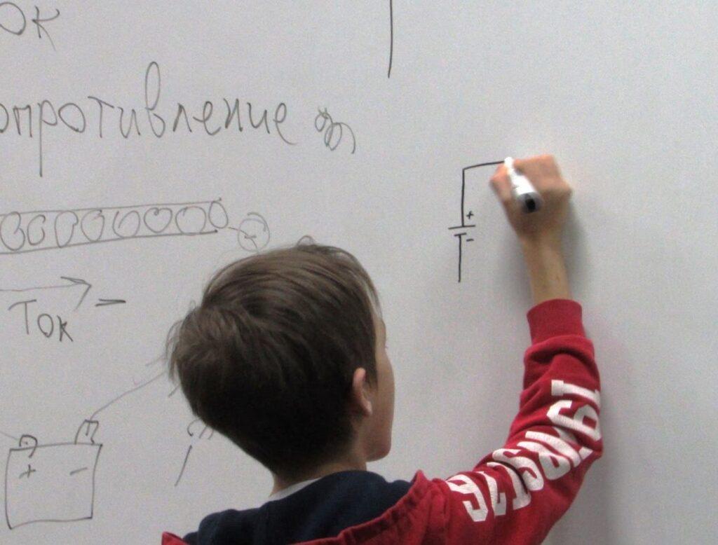 Изучаем первые схемы Центр Разум Робототехника, электроника, программирование, английский для детей в Омске