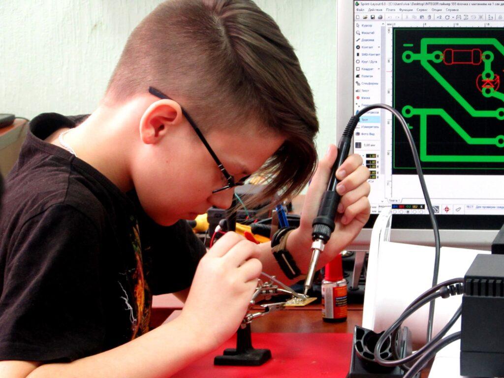 Учимся паять Центр Разум Робототехника, электроника, программирование, английский для детей в Омске